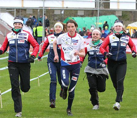Damene fra Halden Skiklubb er blant de som kan se frem til en ekstra real utfordring med innføring av etappen långa dagen. Her fra klubbens suksess i en tidligere utgave av 10Mila. Foto: Erik Borg/O-boka.
