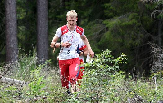Olav Lundanes kjører på over et hogstfelt under jakstarten i Nordic Orienteering Tour 2011 på Nesodden. Rett bak skimtes Fabian Hertner. I mål ble gutta henholdsvis nr. 4 og 3. Foto: Geir Nilsen/OPN.no.