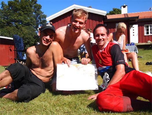 Gutta fra Søgne og Songdalen Orienteringsklubb tok 3. plass i Krokskogstafetten 2012. Fra venstre: Kjell Erik Røisland (2. etp.) Jarl Magnus Berge (1. etp.) og Leiv-Terje Arnevik (3. etp.). Foto: Krokskogstafetten.no.