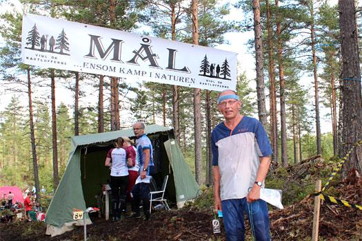 Vår gamle storløper, Per Fosser fra Indre Østfold , hadde med seg bikkja rundt i Holleia Høstløp 2012, det holdt likevel til en andreplass i H 60 for stafettverdensmesteren fra 1970.  Foto: Hans L. Werp.
