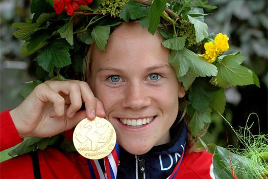 Heidi Mårtensson smiler fornøyd etter å ha vunnet gullet på sprinten under junior-VM i Tsjekkia 2013. Under årets VM-sprint for juniorer ble det i dag sølv på løperen fra Modum O-lag. Foto: Norges Orienteringsforbund.