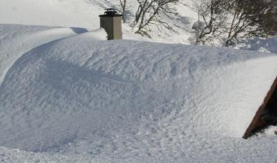 Pressemelding Setesdal brannvesen, bilete av hytte under snø