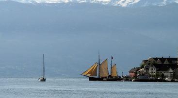 Seilbåt i Holmen, foto jh