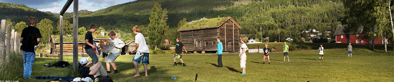Barn spelar fotball
