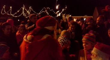 Populær julenisse under julegrantenninga, mobilfoto, jh