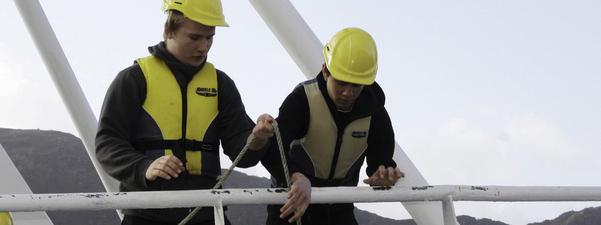 """Undervisning av to elevar på skulefartøyet """"Skulebas""""."""