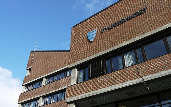 Fylkeshuset på Leikanger nedanfrå og opp. Blå himmel i bakgrunnen.