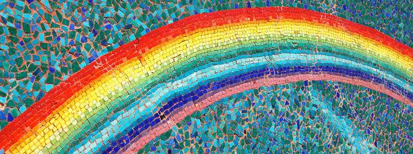 Mosaikk som syner ein regnboge på blågrøn bakgrunn, også i mosaikk. Foto: Steve Snodgrass/www.flickr.com