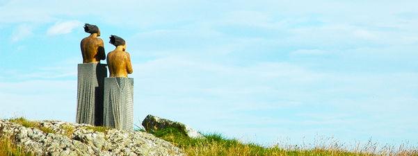 Statuene av Berthe og Hansine, laga av Ingun Dahlin. To kvinner med kryssa armar som ser ut i horisonten. Foto: Birthe Johanne Finstad