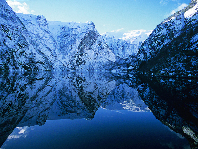 Fjellet blir spegla i Finnafjorden, ein fjordarm av Sognefjorden. Foto: Rolf M. Sørensen