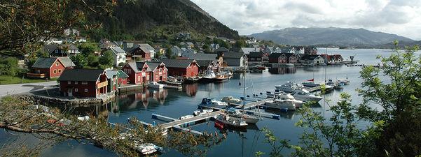Kalvåg. Båthamn halvfull av båtar og hus og naust langs vasskanten. Foto: Birthe Johanne Finstad