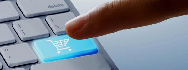 Foto av ein finger som nærmar seg eit tastatur. Tasten som vert trykt, er blå og har bilete av ei handlekort og skal illustrere ehandel. Foto: Maria Elena/www.flickr.com