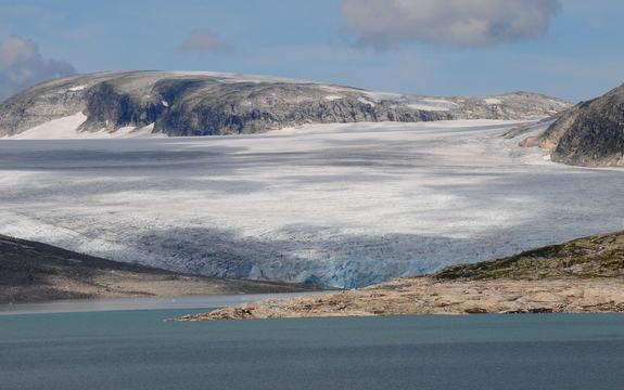 Jostedalsbreen i bakgrunnen og vatnet i forgrunnen. Foto: Rolf M. Sørensen