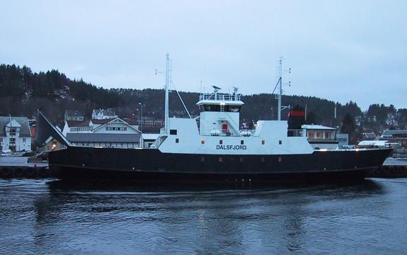 Foto av ferja MF Dalsfjord på veg til kai i skumringa. Foto: Fjord1