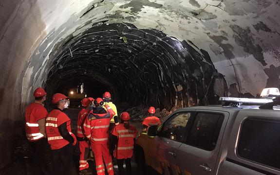 Foto frå den utbrende Skatestraumtunnelen i Bremanger etter brannen i eit vogntog i juli 2015. Foto: Arne Eithun, Statens vegvesen