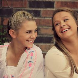 Bilde av to smilande jenter