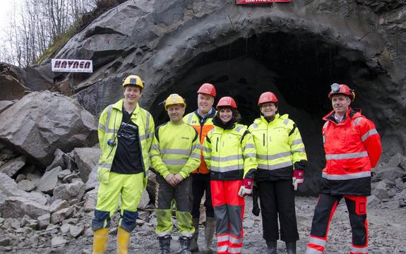Gjennomslag i Bjørnabakktunnellen feires av fylkesordførar Jenny Følling, fylkessamferdselssjef Velaug Veum, avdelingsleiar i Statens vegvesen Svenn Finden, annleggsleiarar med fleire.