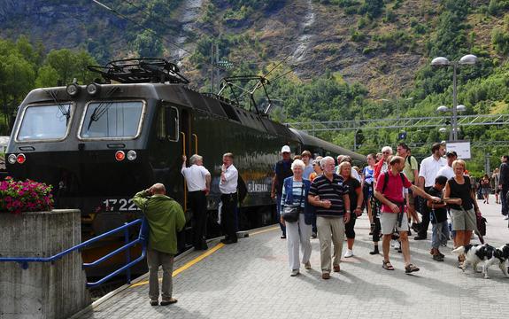 Turistar går av Flåmsbana.