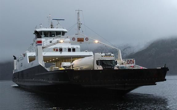 Foto av ferja MF Lote på veg over ein fjord i skumringa. Foto: Fjord1