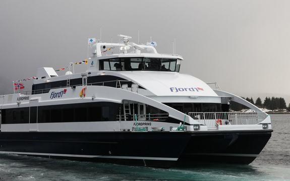 Passasjerbåt frå Fjord1 i fart.