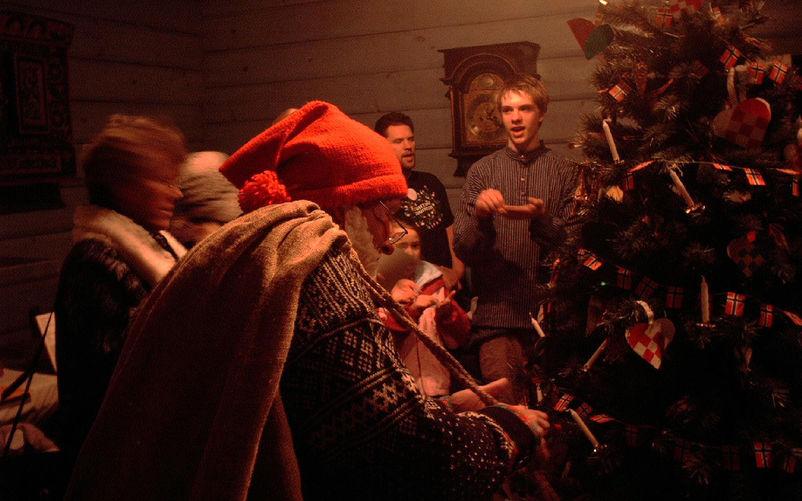 Julenisse, juletre og julesong. Foto: jonathunder (WIkimedia)