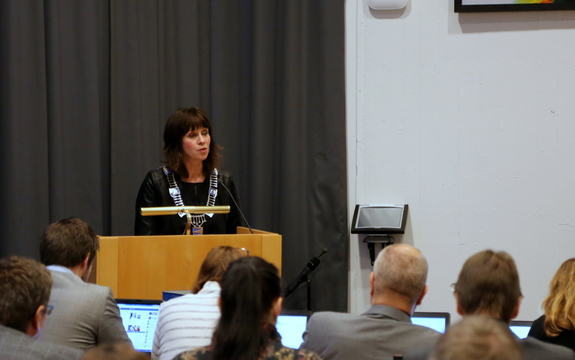 Fylkesordførar Jenny Følling held tale frå talestolen til fylkestinget 8. desember 2015 i Firdasalen, Fylkeshuset.