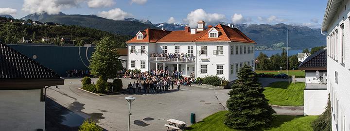 Firda vgs bilde frå skuleplassen (Foto: Geir Skagen)