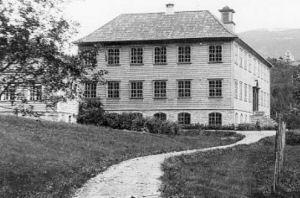 Gamlebygget frå 1924 (Foto: Per Sande)