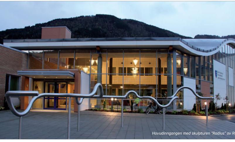 Bilete syner hovudinngangen til Sogndal vidaregåande skule