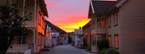 Bilete av gamalt bygningsmiljø på Lærdalsøyri.
