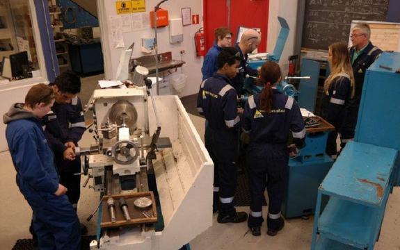 Elevar med maskiner på yrkesfag