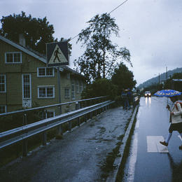 Skulevegen, Nybø Skule, Leikanger ca 1980. Foto Åsmund Espe