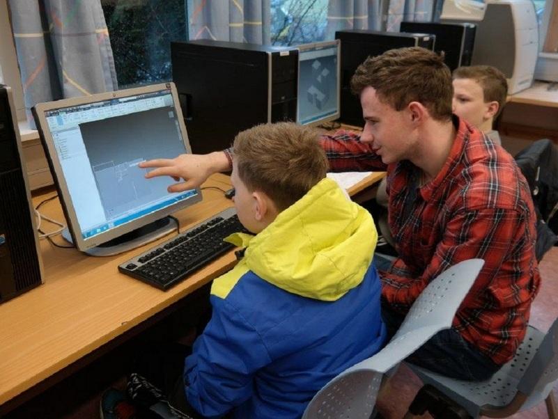 9.-klassingar på vitjing hjå Mo og Øyrane vidaregåandeskule, ein elev viser fram noko på ein dataskjerm