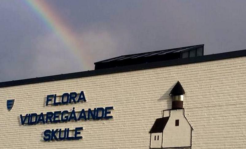 regnbogen slår ned i taket på Flora vgs sett frå framsida