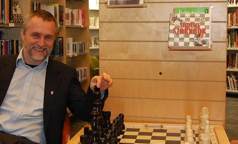 Rektor Clausen spelar sjakk i biblioteket
