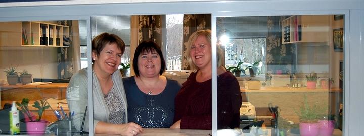 Tre blide damer i luka som du finn i resepsjonen på skulen