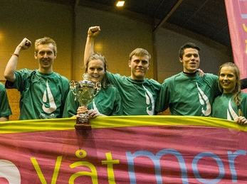 Lagbilde av vinnarane av Våtmoroleikane i Florø 2015, seks smilande elevar frå idrettslinja på Flora vgs