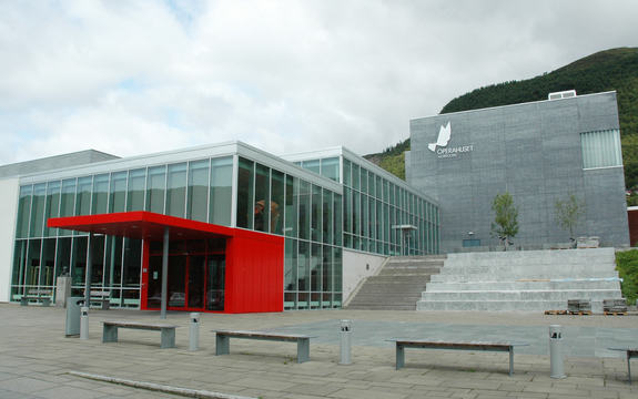 Bilde av bygga for Eid vidaregåande skule og Opera nordfjord