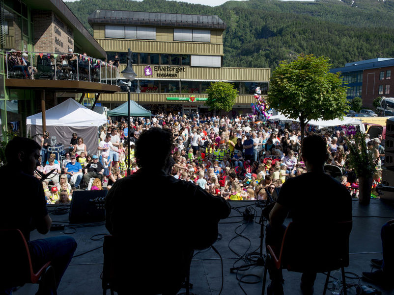 Ved Førde Torg er mange samla for å sjå konsert under førdefestivalen
