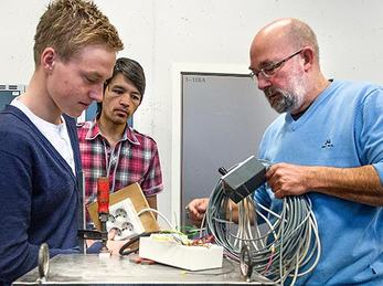 Elektro bilde av elevar og lærar