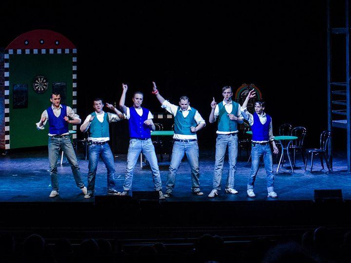 Dansegruppe av gutar under skulemusikal