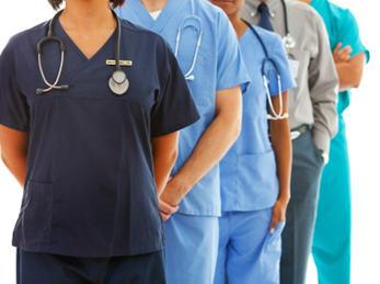 helsefagarbeidere og sykepleiere i uniform