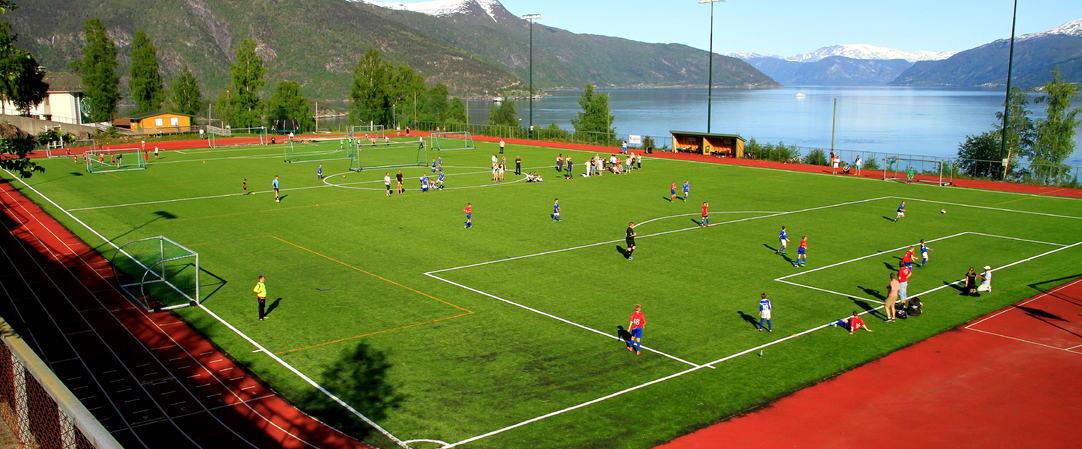 Kreklingen stadion med unik utsikt over Sognefjorden