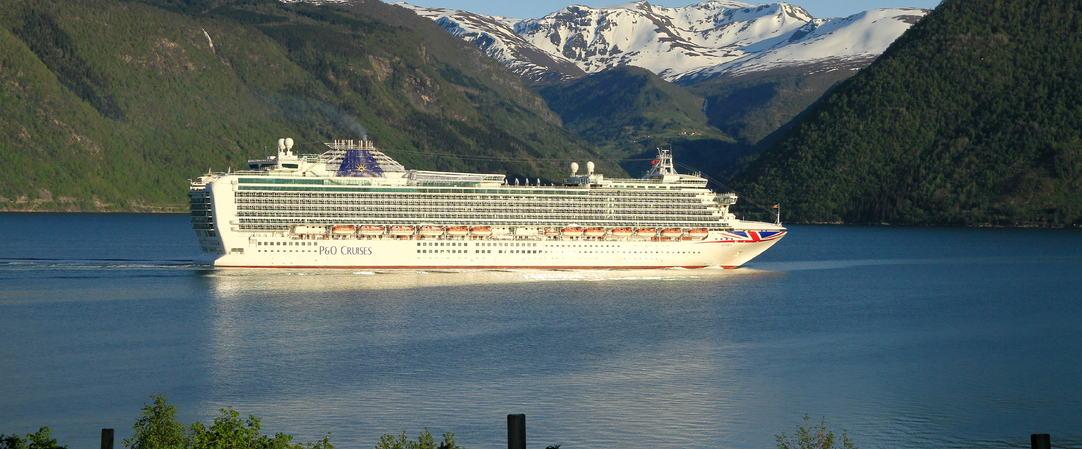 Cruiseskip passerer Målsnes