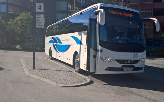 Buss med Kringom-logo på busstopp