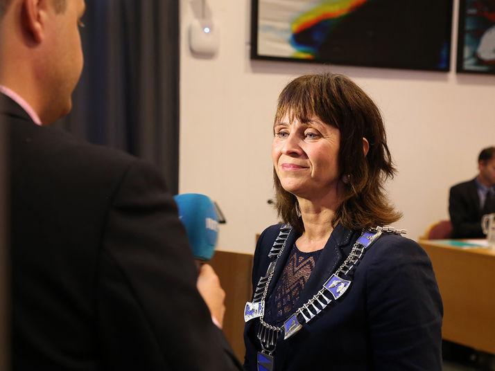 Fylkesordførar Jenny Følling blir intervjua i fylkestingssalen