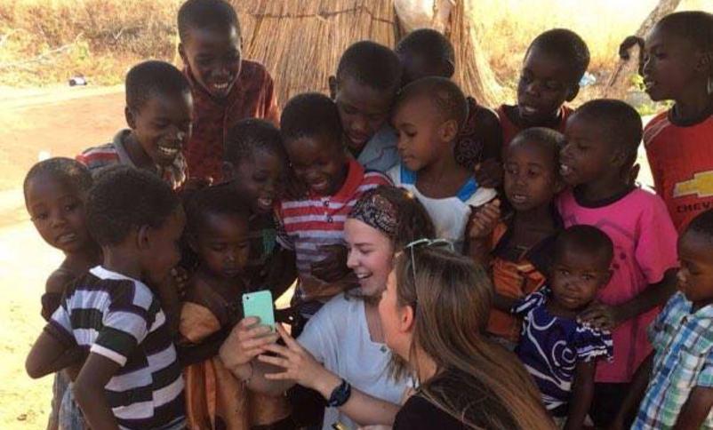 Bilde av elevar frå Firda vgs som møter skuleborn i Tanzania