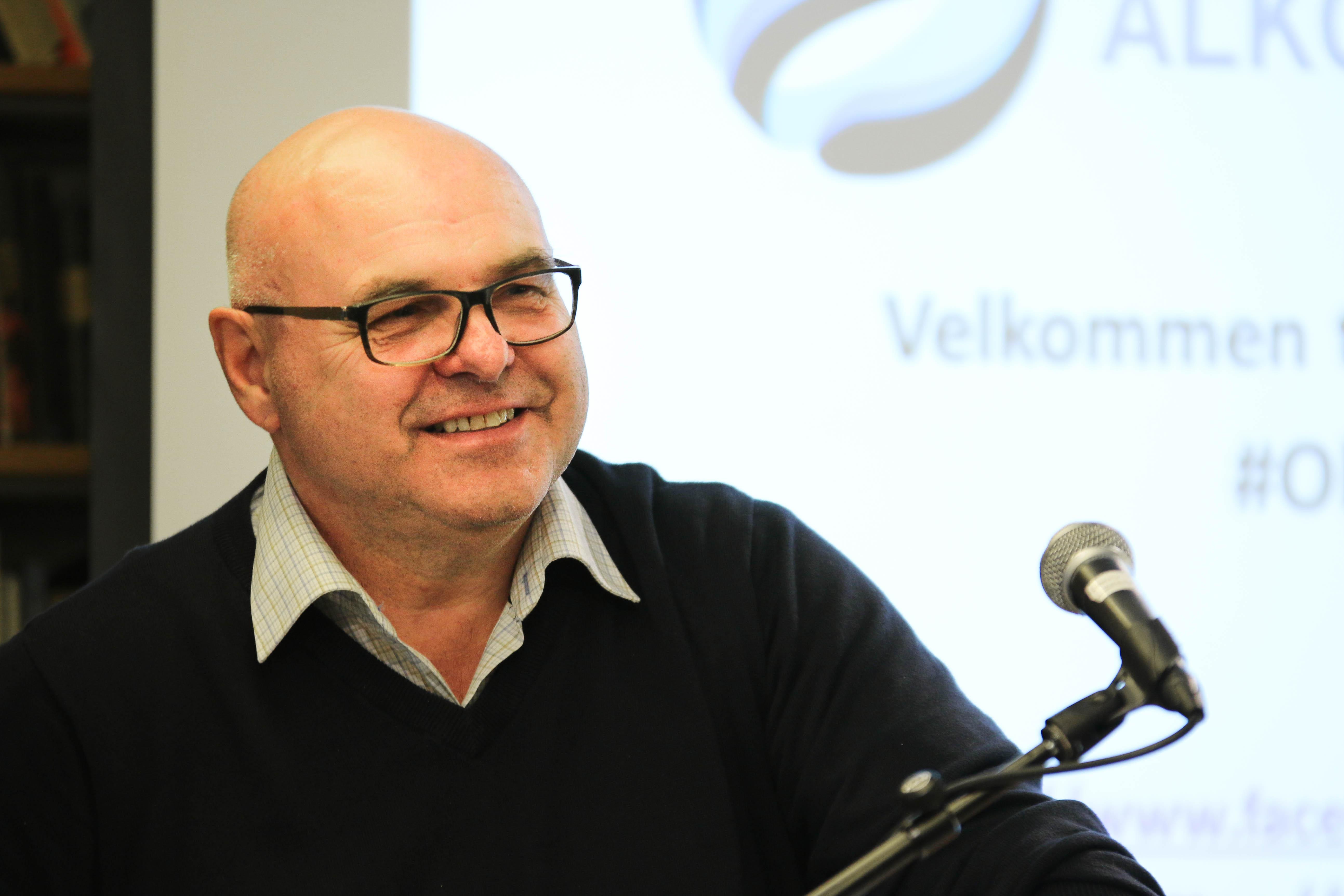 Morten på talerstolen.jpg