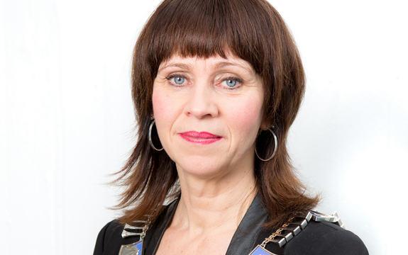 Jenny Følling med fylkesordførarkjede, kvit bakgrunn