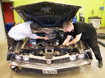 Bilete syner to elevar ved Teknikk og industriell produksjon som reparerer ein bil.